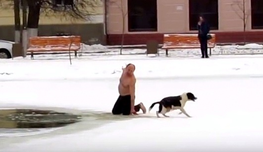 russian-man-saves-biting-dog-from-drowning-in-icy-pond4