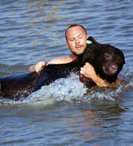 No One Does Anything To Save Animal Drowning In Lake, So Man Dives In For Dangerous Rescue
